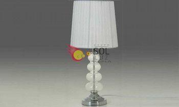 Lámpara de sobremesa con el pie en cromo con esferas de cristal y la pantalla blanca