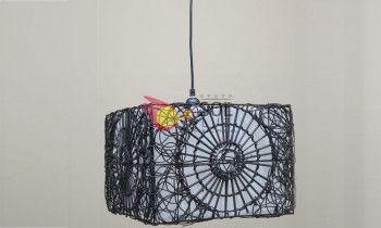 Lámpara con forma de campana en fibra de color blanco