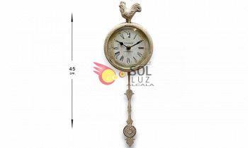 Reloj de metal en blanco